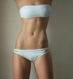 Femme utilisant un bikini ou des sous-vêtements en deux pièces blancs Photo stock
