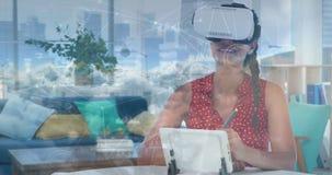 Femme utilisant un casque 4k de réalité virtuelle banque de vidéos