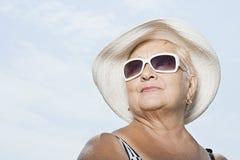Femme utilisant un chapeau de soleil et des lunettes de soleil Image libre de droits