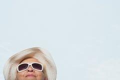 Femme utilisant un chapeau de soleil et des lunettes de soleil Photographie stock
