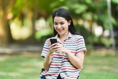 Femme utilisant un smartphone Images libres de droits