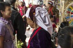 Femme utilisant une écharpe principale birmanne ethnique images stock