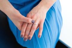 Femme utilisant une bague de fiançailles image libre de droits