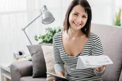 Femme vérifiant des factures de ménage image libre de droits