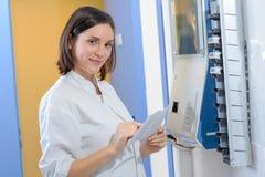 Femme vérifiant la synchronisation dans la station photos libres de droits