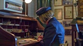 Femme vérifiant le courrier dans la station de train clips vidéos