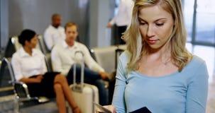 Femme vérifiant sa carte d'embarquement clips vidéos