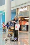 Femme vérifiant son sac à l'aéroport d'Icheon, Séoul, Corée du Sud Image stock