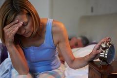 Femme éveillée dans le lit souffrant avec l'insomnie Image stock
