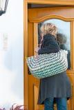 Femme venant à la maison Photo stock