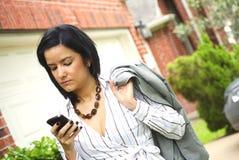 Femme venant à la maison après travail Photo stock