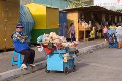 Femme vendant des bonbons dans Banos, Equateur Photographie stock