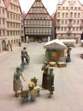 Femme vendant des fleurs dans une ville médiévale Image stock