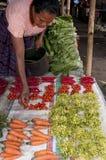 Femme vendant des fruits et légumes Photographie stock