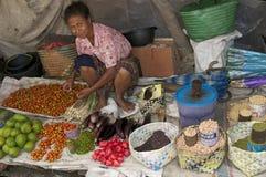 Femme vendant des fruits et légumes Flores Photos libres de droits