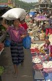 Femme vendant des fruits et légumes Flores Image stock