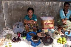 Femme vendant des fruits et légumes Flores Photographie stock libre de droits