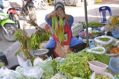 Femme vendant des fruits et légumes Thaïlande Images stock