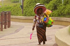 Femme vendant des jouets sur la côte d'Umhlanga, Afrique du Sud Photos libres de droits