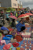 Femme vendant des légumes fruits de fruit frais Flores Photo libre de droits