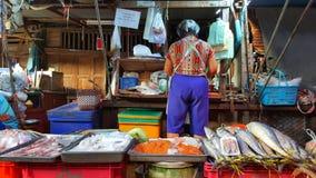 Femme vendant des poissons, marché de Maklong, Bangkok, Thaïlande Photographie stock