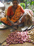 Femme vendant des pommes de terre Photographie stock