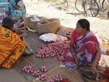 Femme vendant des pommes de terre Photos stock