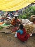 Femme vendant des pommes de terre Photos libres de droits