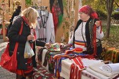 Femme vendant des tissus de traditonal photographie stock