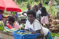 Femme vendant la noix de bétel sur le marché, Solomon Islands Photos libres de droits