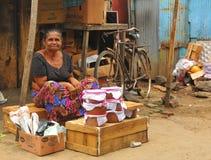 Femme vendant le lait caillé - marché de Tangalla (Sri Lanka) Images stock