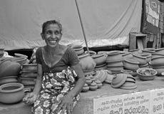 Femme vendant le marché de Tangalla de poterie (Sri Lanka) Image stock