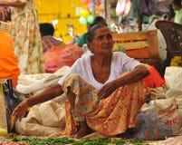Femme vendant le /poivron - marché de Tangalla (Sri Lanka) Photo stock