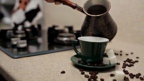 Femme versant le caf? aromatique chaud dans la tasse ? la table, plan rapproch? Matin paresseux clips vidéos