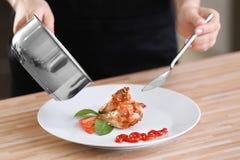Femme versant le poulet frit délicieux avec de la sauce Photo libre de droits