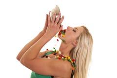 Femme vidant des dragées à la gelée de sucre dans la bouche images libres de droits