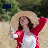 Femme vieillissante sexy posant pour l'extérieur selfy et les souvenirs de vacances Image stock