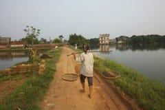 Femme vietnamien marchant sur le chemin Images stock