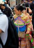 Femme vietnamienne du nord dans l'habillement indigène coloré avec l'enfant dessus Photo stock