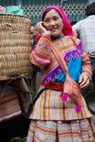 Femme vietnamienne du nord dans l'habillement indigène coloré chez Bac Ha mars Photos stock