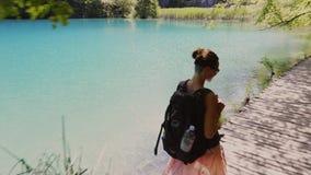 Femme visitant le parc national de lacs Plitvice banque de vidéos