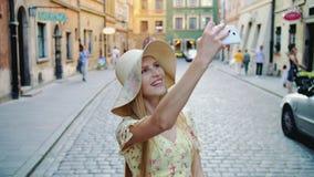 Femme visitant le pays et prenant des tirs Femme gaie visitant le pays et prenant des tirs sur la vieille rue de ville clips vidéos