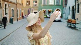 Femme visitant le pays et prenant des tirs Femme gaie visitant le pays et prenant des tirs sur la vieille rue de ville banque de vidéos
