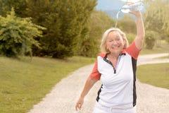 Femme vivace heureuse refroidissant avec de l'eau Photos libres de droits