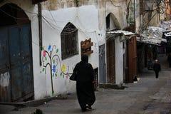 Femme voilée marchant, Tripoli, Liban Photo libre de droits