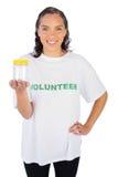 Femme volontaire montrant le pot photos libres de droits