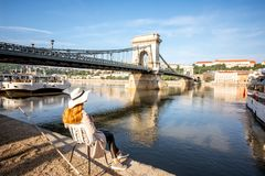 Femme voyageant à Budapest images libres de droits