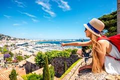 Femme voyageant à Cannes photographie stock libre de droits