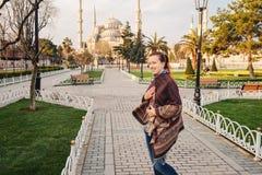 Femme voyageant à Istanbul près de la mosquée d'Aya Sofia, Turquie image stock