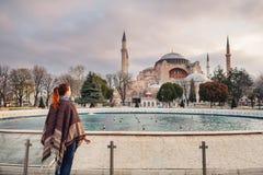 Femme voyageant à Istanbul près de la mosquée d'Aya Sofia, Turquie images stock